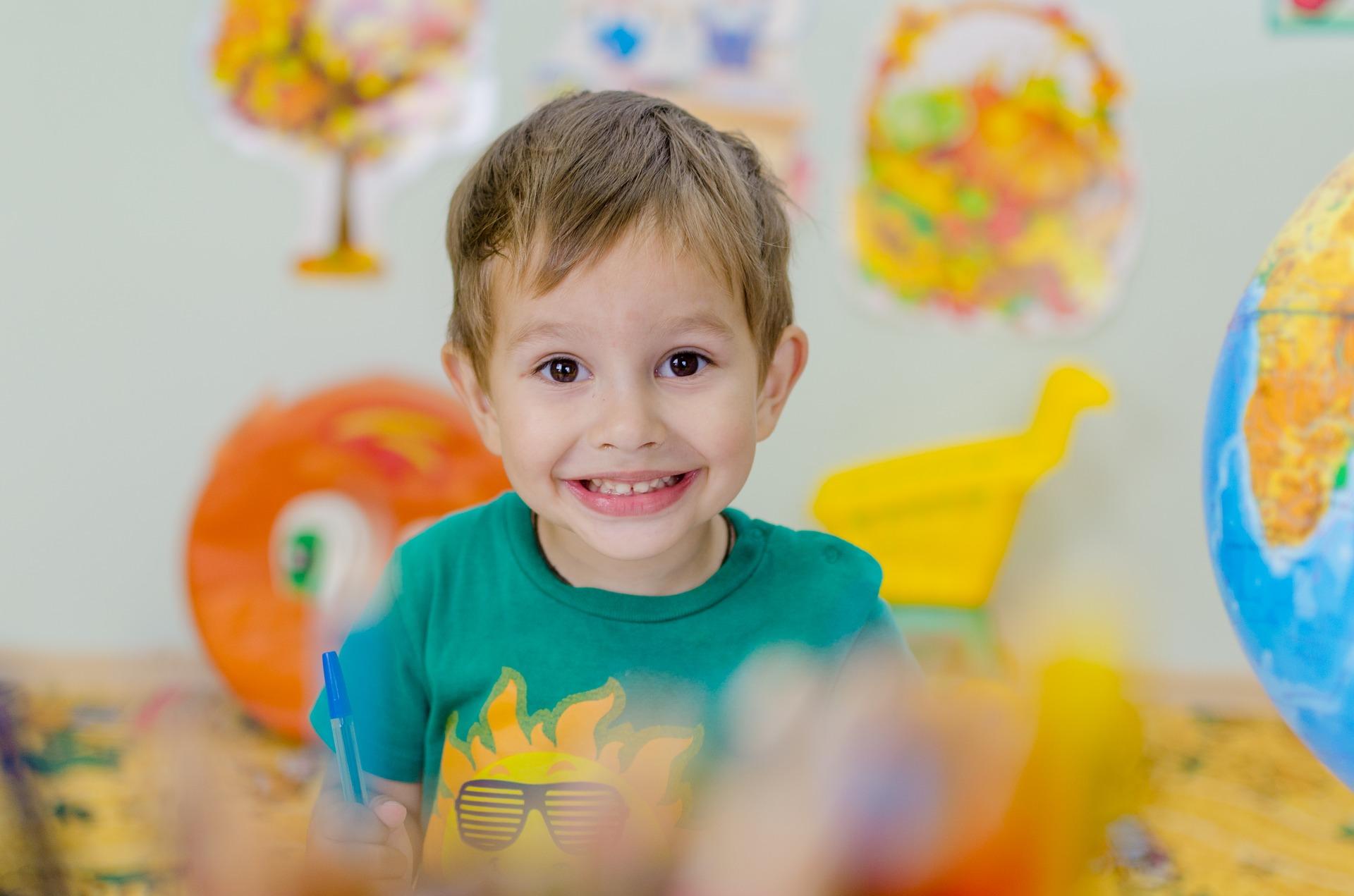 Enfant heureux d'apprendre en s'amusant