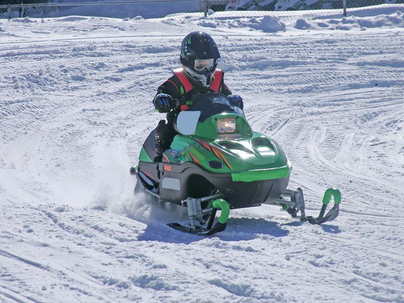 Ados de 14 ans faisant de la moto neige à Courchevel