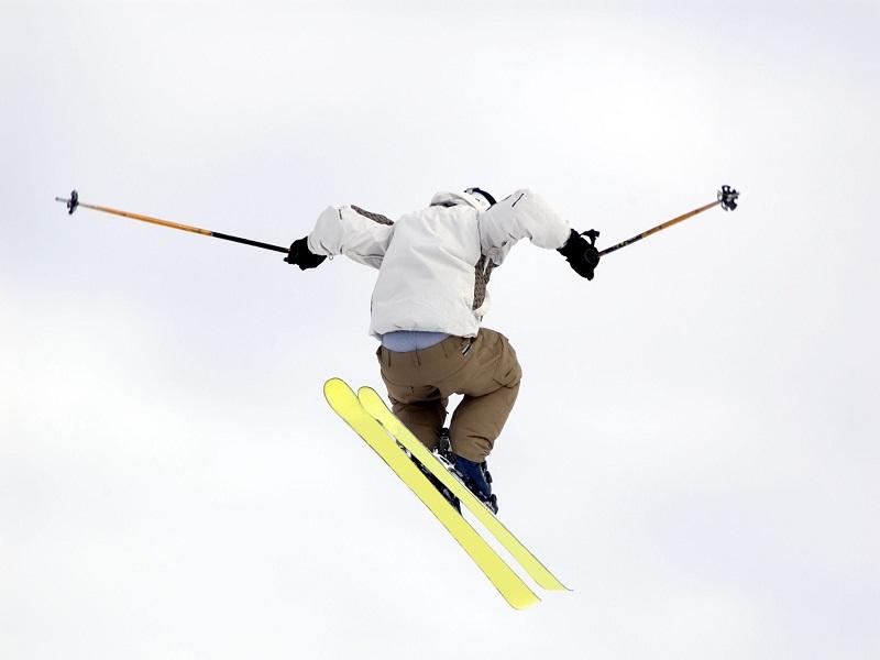 Ado de 15 ans faisant du saut à ski