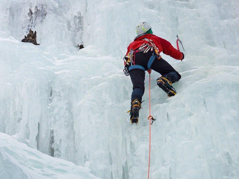 Ados pratiquant l'escalade sur glace en colonie de vacances à Courchevel