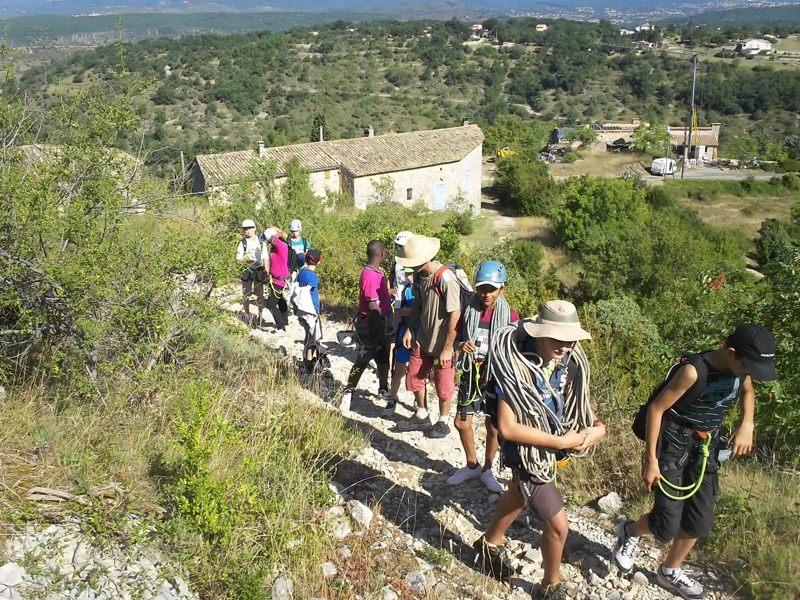 Groupe d'ados en randonnée en colonie de vacances en ardèche