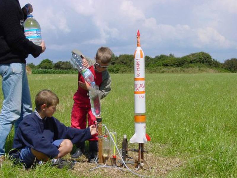 Enfants faisant l'expérience des fusées à eau en colonie de vacances scientifique en ardèche