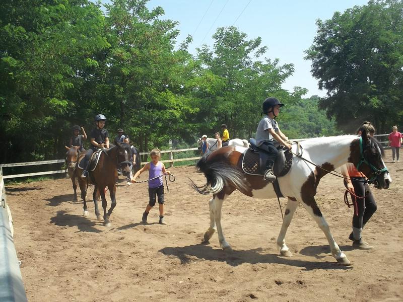 Enfants faisant de l'équitation en colonie de vacances été