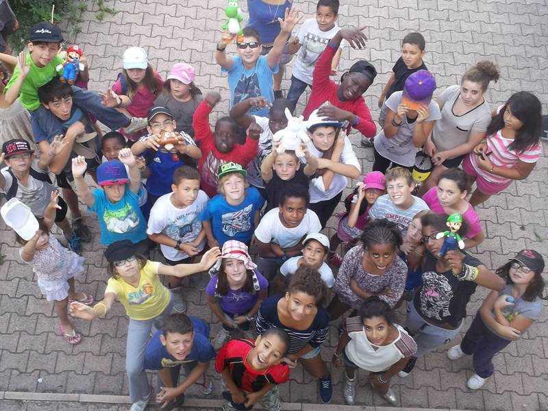 Groupe d'enfants vu du dessus en colonie de vacances été