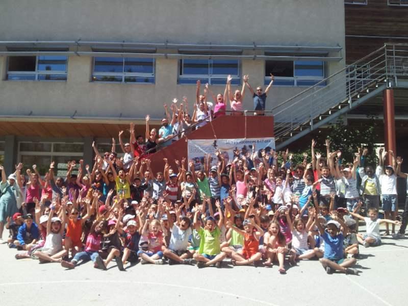 Groupe d'enfants heureux en colonie de vacances multiactivités