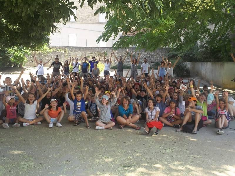 Groupe d'enfants en colonie de vacances en ardèche cet été