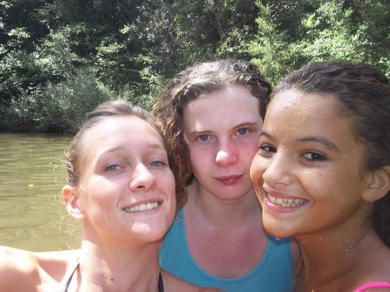 Portrait de trois jeunes filles en colonie de vacances