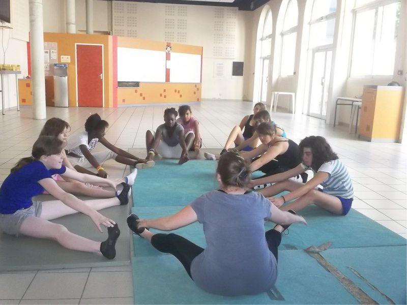 Groupe d'enfants faisant de la gym en colonie de vacances été en ardèche