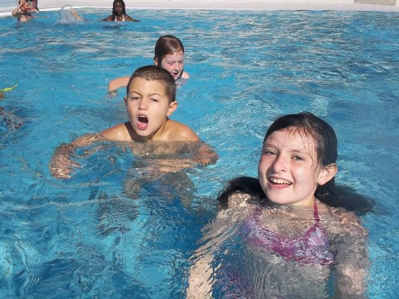 Enfants à la piscine en colonie de vacances en ardèche