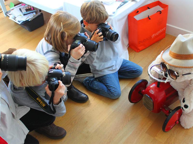 Groupe d'enfants en colonie de vacances apprenant à faire de la photographie