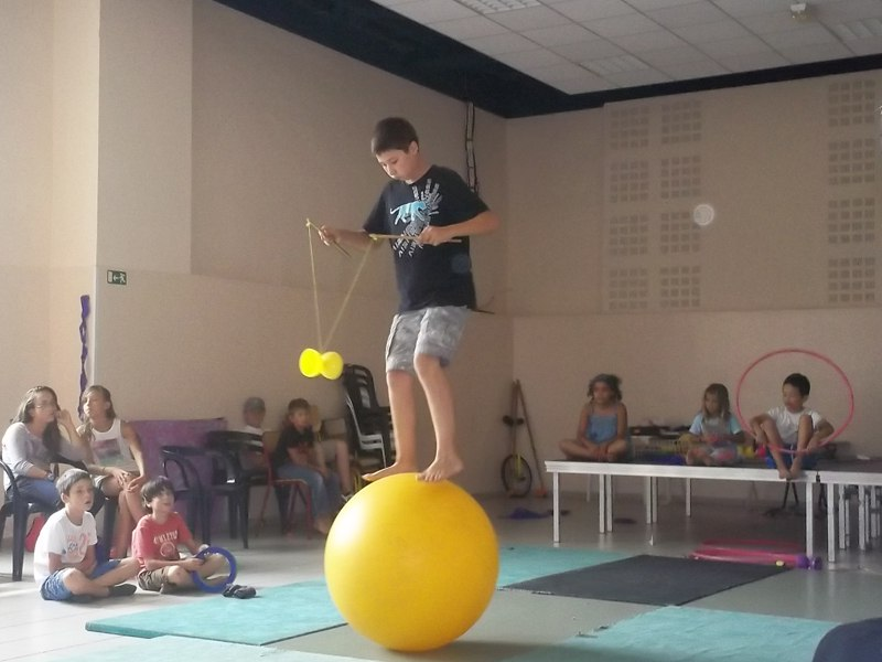 enfant faisant du cirque en colonie de vacances d'été