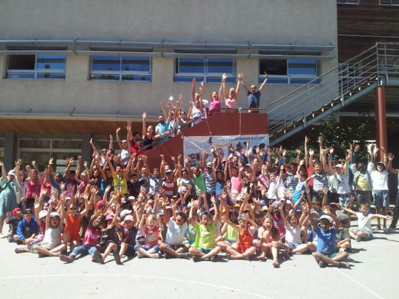 Groupe d'enfants en colonie de vacances d'été équitation
