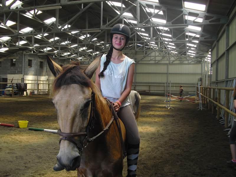jeune fille faisant du cheval en colonie de vacances