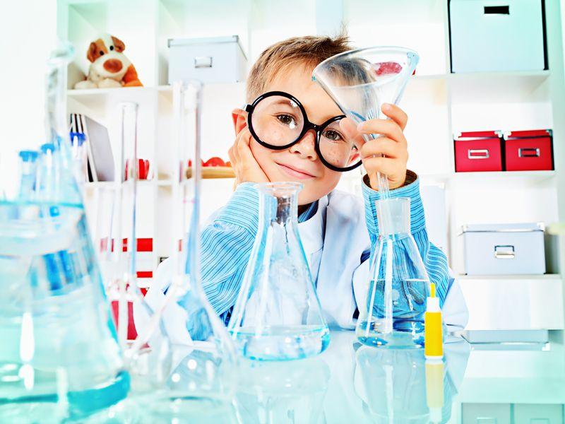Enfant dans un laboratoire de colonie de vacances réalisant des expériences scientifiques été