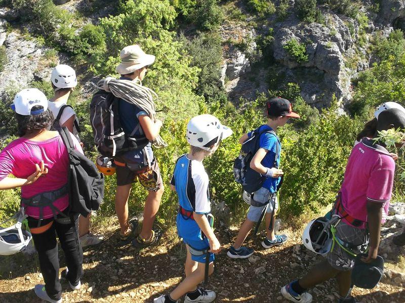 Enfants en randonnée en colonie à la campagne cet été