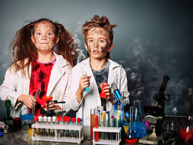 Deux enfants déguisés en scientifiques fous en colonie de vacances d'été en ardèche