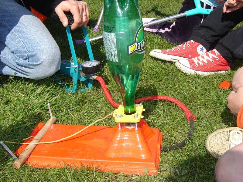 Expérience de la fusée à eau avec une bouteille faite par des enfants en colonie de vacances