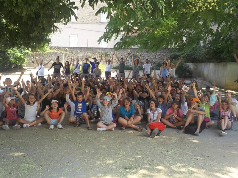 Groupe d'enfants et préados en colonie de vacances d'été