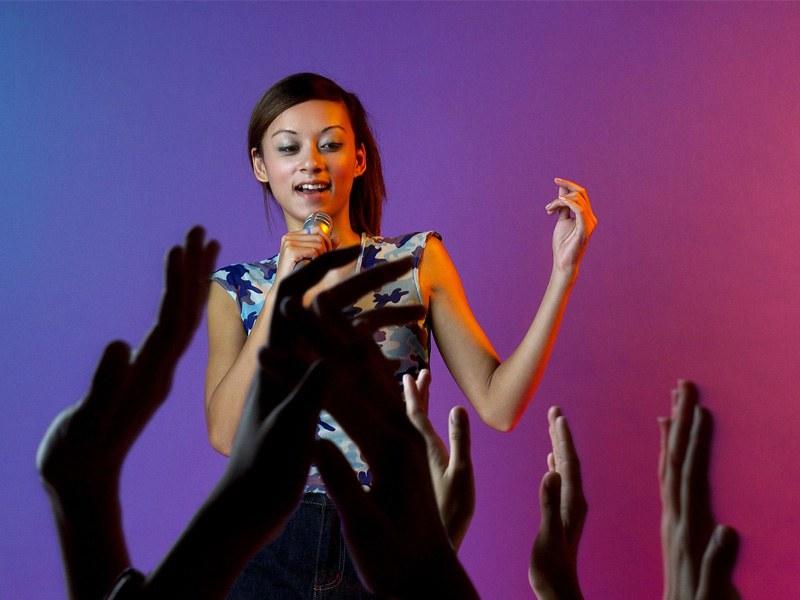 Adolescente chantant en colonie de vacances d'été