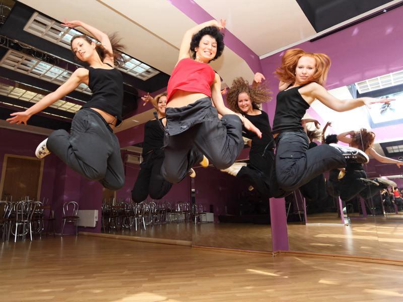 Groupe d'ados faisant de la danse en colonie de vacances d'été