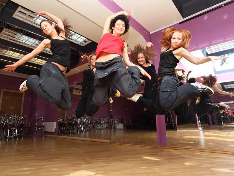 Groupe d'adolescents faisant de la danse en colonie de vacances