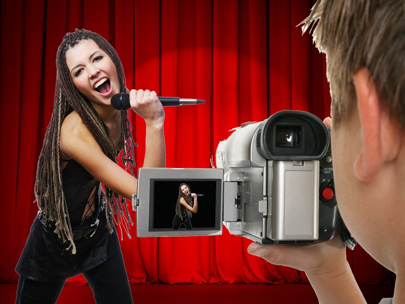 Adolescent filmant sa camarade en train de chanter en colonie de vacances d'éé