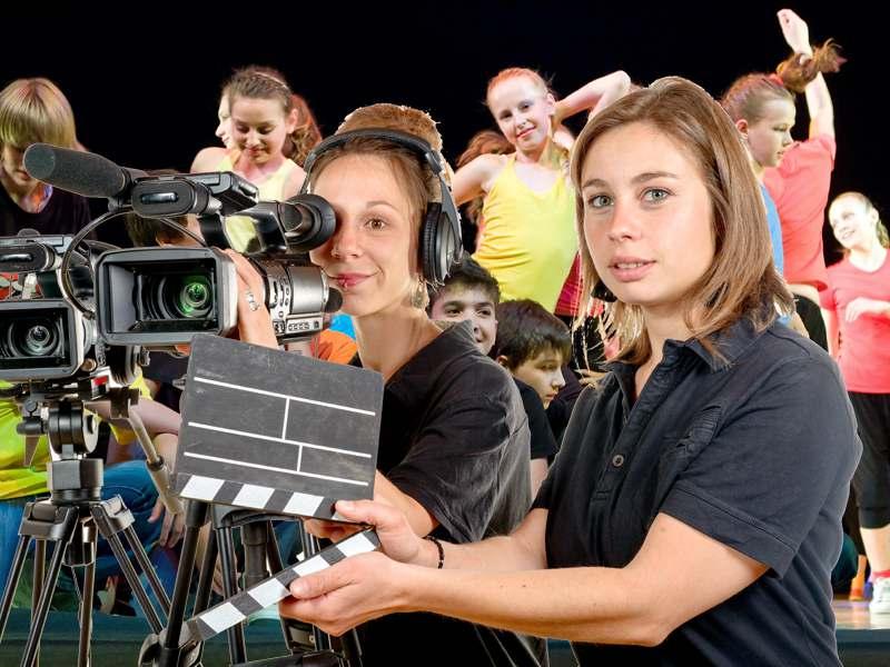 Adolescents faisant un tournage de court métrage en colonie de vacances artistique