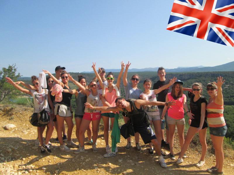 Groupe d'ados en randonnée en colonie de vacances anglais cet été