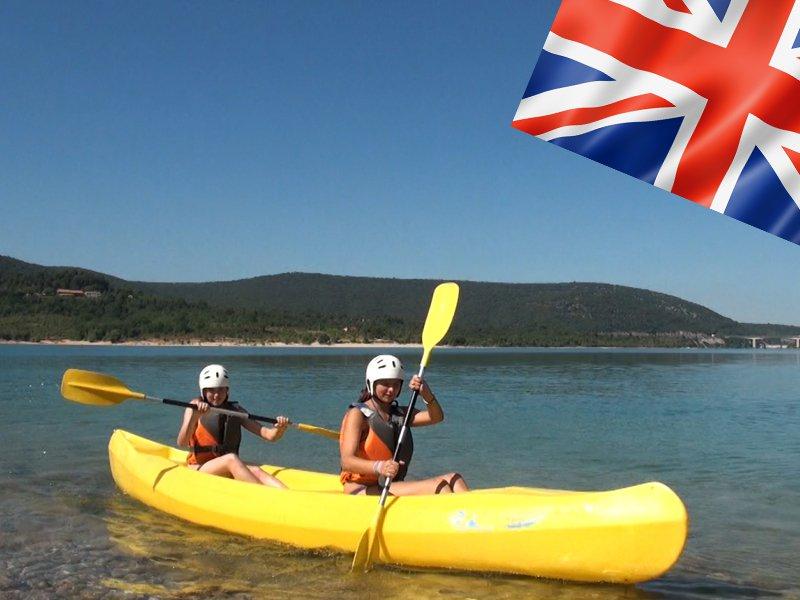 duo d'adolescents faisant du canoe kayak en colonie de vacances pour apprendre l'anglais