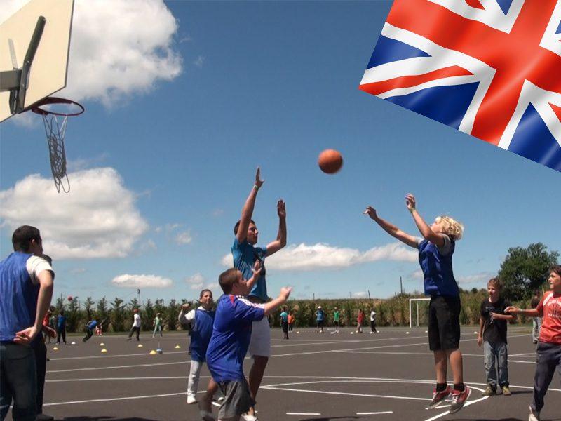 groupe d'adolescents jouant au basketball en colonie de vacances cet été