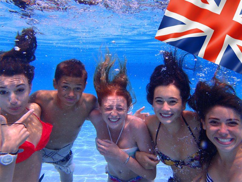 Adolescents se baignant à la piscine en colonie de vacances d'été