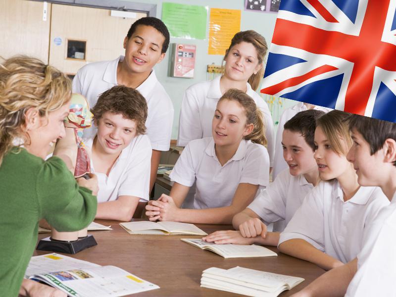 Adolescents et leur prof d'anglais apprenant l'anglais en colonie de vacances