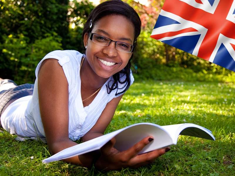 adolescente apprenant l'anglais en colonie de vacances d'été à la campagne