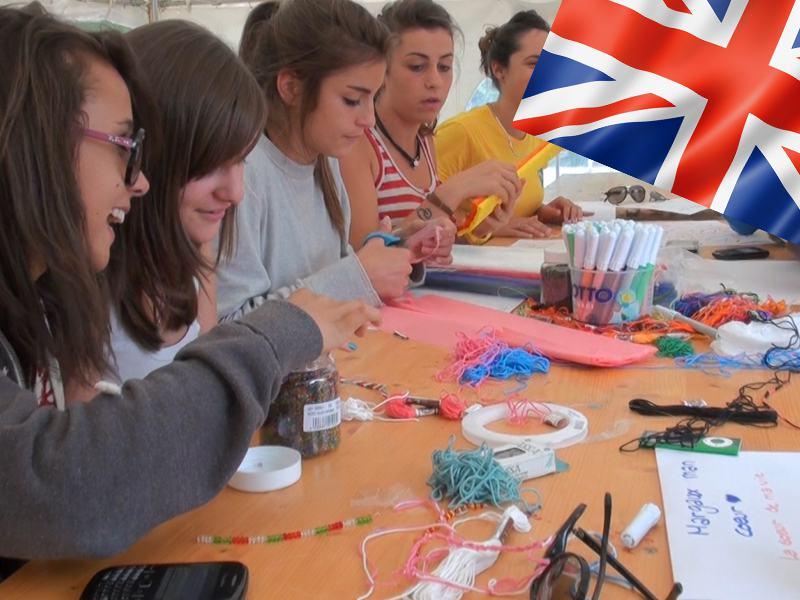 adolescents apprenant l'anglais en pratiquant les activités manuelles