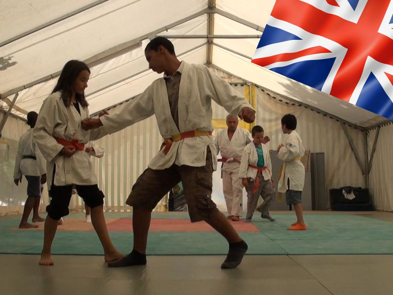 Adolescents faisant du judo en colonie de vacances