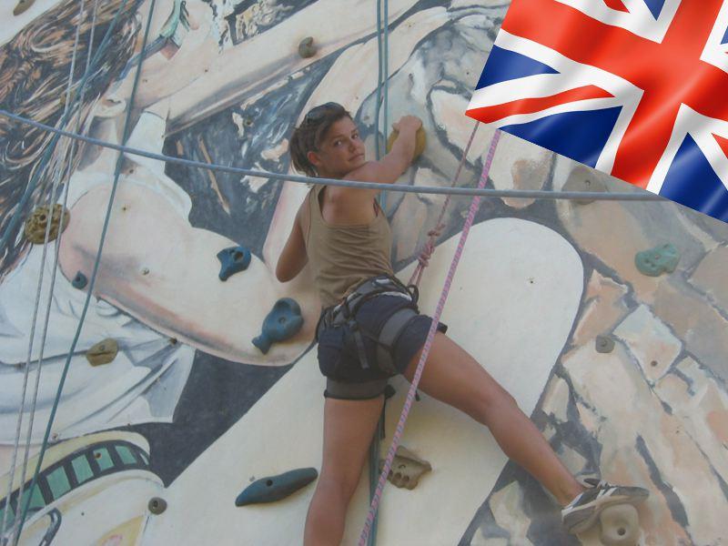 Jeune fille pratiquant l'escalade en colonie de vacances pour apprendre l'anglais cet été
