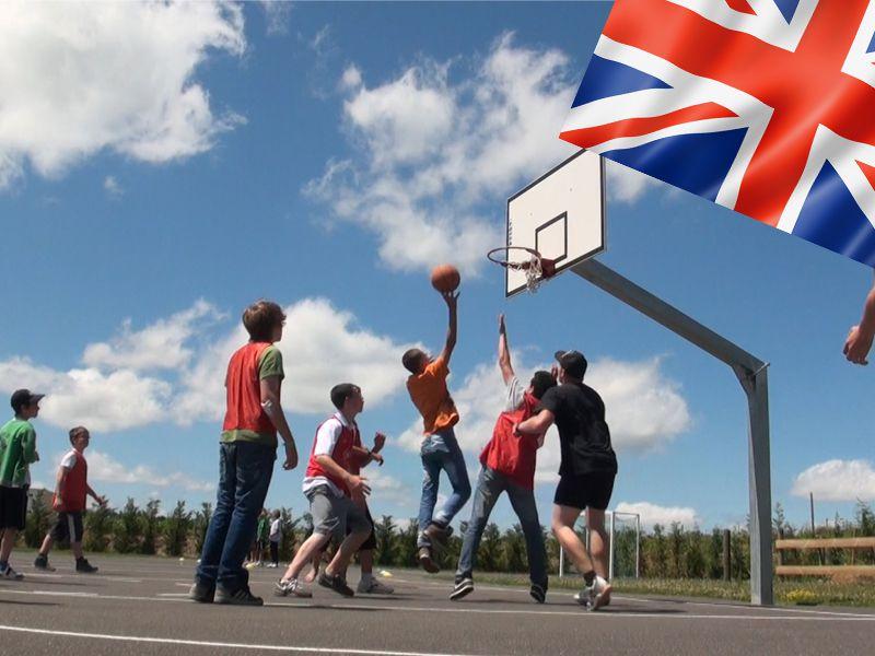 préadolescents jouant au basketball en colonie de vacances pour apprendre l'anglais cet été