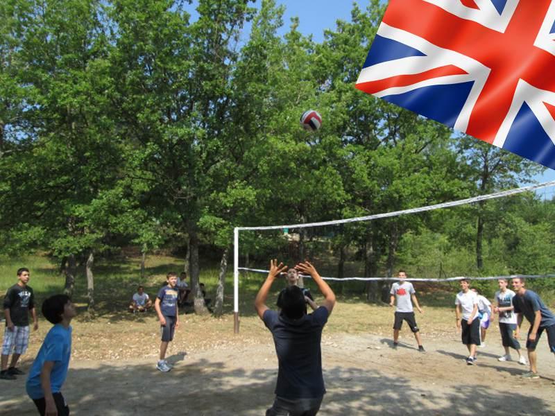 enfants faisant du sport en colonie de vacances pour apprendre l'anglais cet été