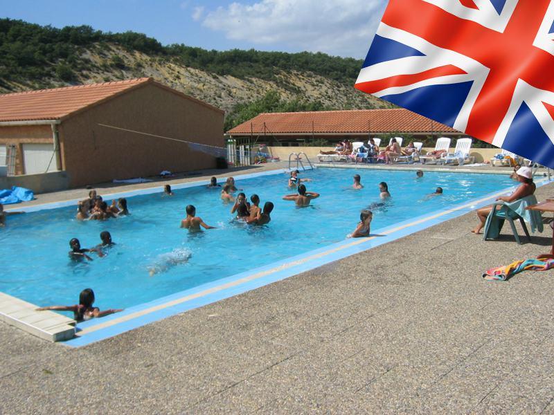 Enfants à la piscine en colonie de vacances multi activités anglais