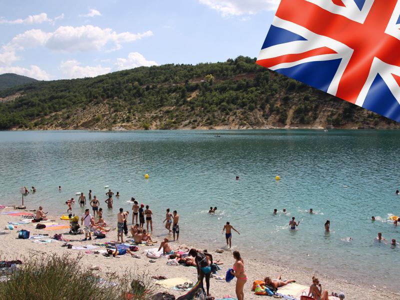 Groupe d'enfants au bord de l'eau en colonie de vacances pour apprendre l'anglais
