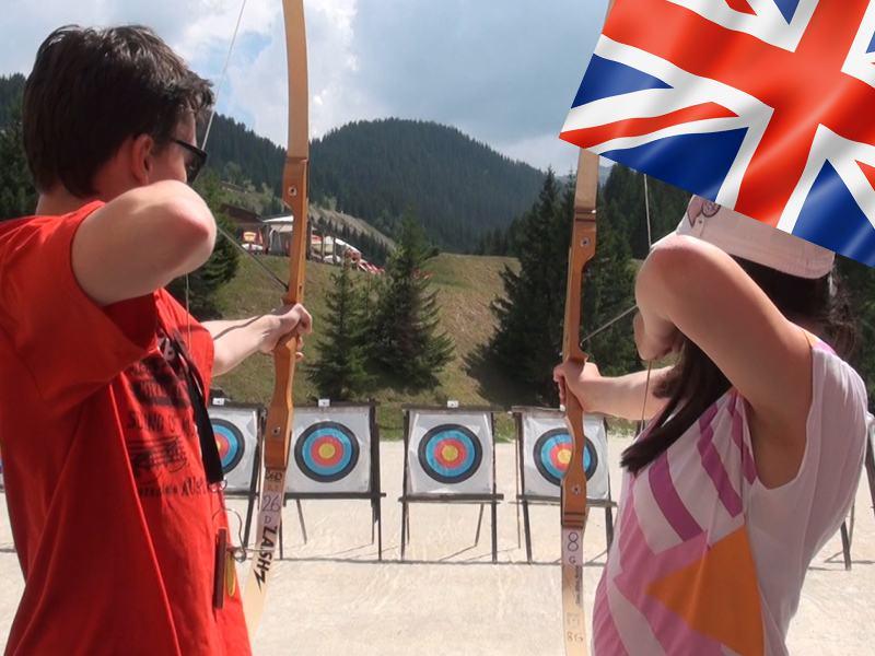 Enfants s'entrainant à faire du tir à l'arc en colonie de vacances d'été