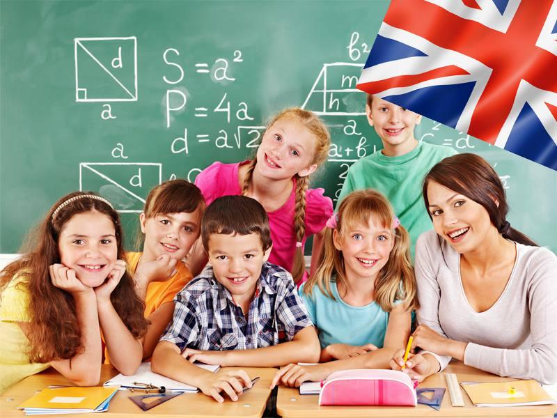 Enfants en classe d'anglais en colonie de vacances d'été