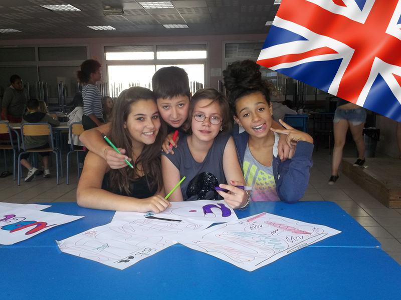 Groupe de jeunes filles apprenant l'anglais en colonie de vacances en France cet été