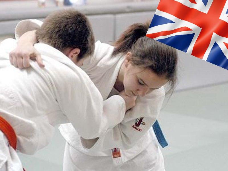 Enfants faisant du judo en colonie de vacances multiactivités anglais