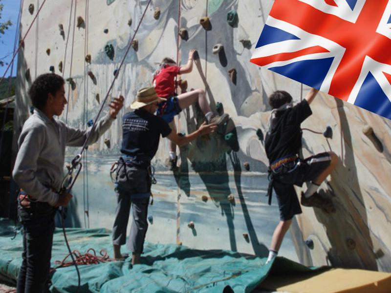 Groupe d'enfants apprenant à faire de l'escalade en colonie de vacances multi activités anglais