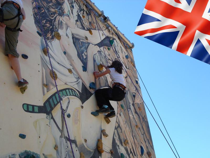 Fillette apprenant à faire de l'escalade en colonie de vacances d'été multiactivités anglais