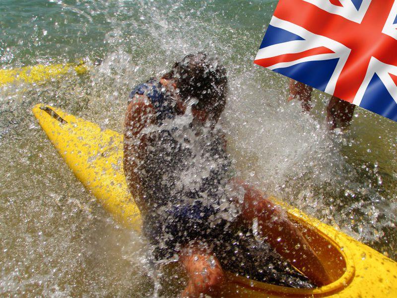 Enfant faisant du canoe kayak en colonie de vacances pour apprendre l'anglais cet été
