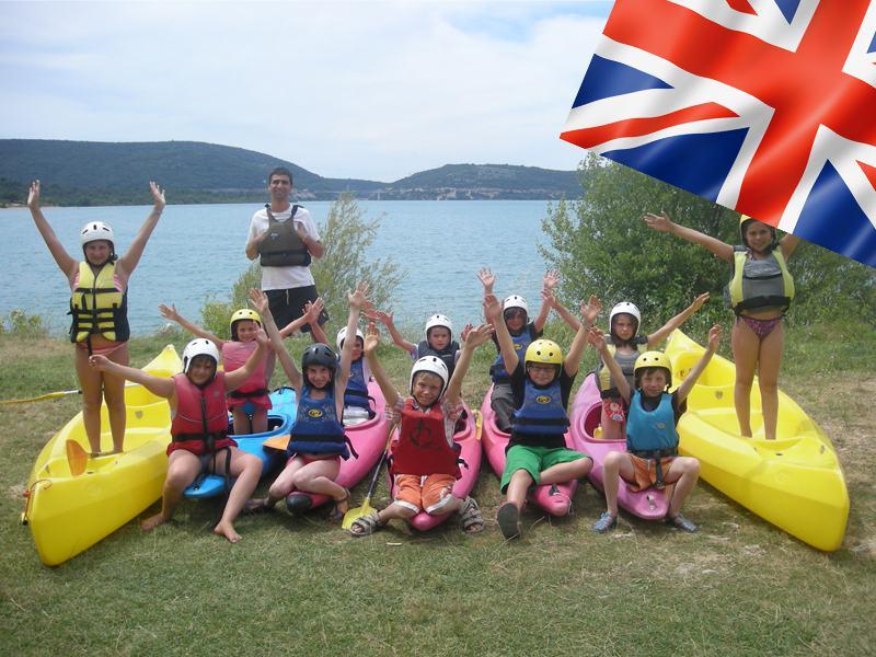 Groupe d'enfants en colo faisant du canoe kayak