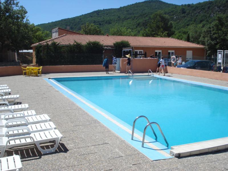 piscine de colonie de vacances d'été juillet