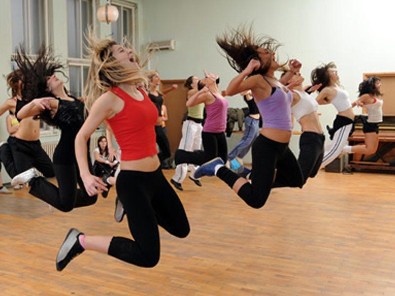 groupe de jeunes filles pratiquant la danse à haut niveau en colonie de vacances d'été